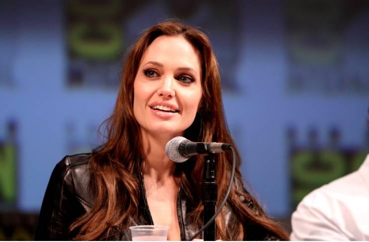 Jennifer Aniston ends Angelina Jolie feud rumors