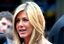 Jennifer Aniston shows her support for 'Friends' co-star Lisa Kudrow this way